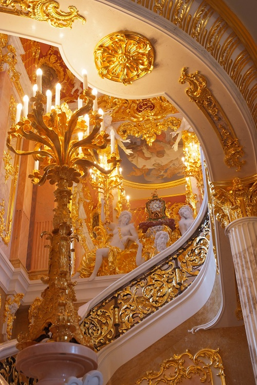 Позолоченная лепнина во дворце в Вырице