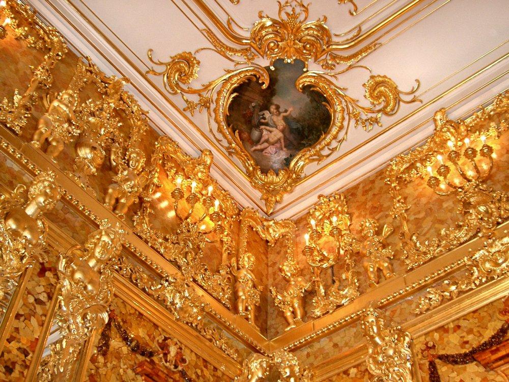 Фрагмент позолоченной лепнины в янтарной комнате