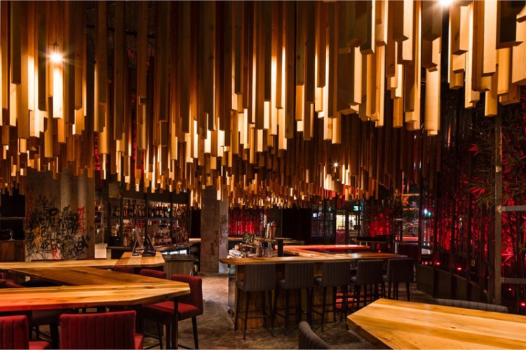 современный ресторан с дизайнерским потолком из дерева
