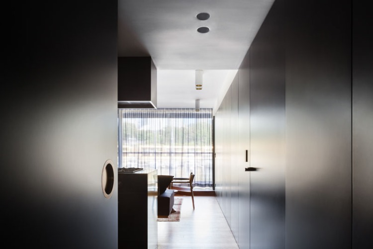 Черно-золотой интерьер современных апартаментов