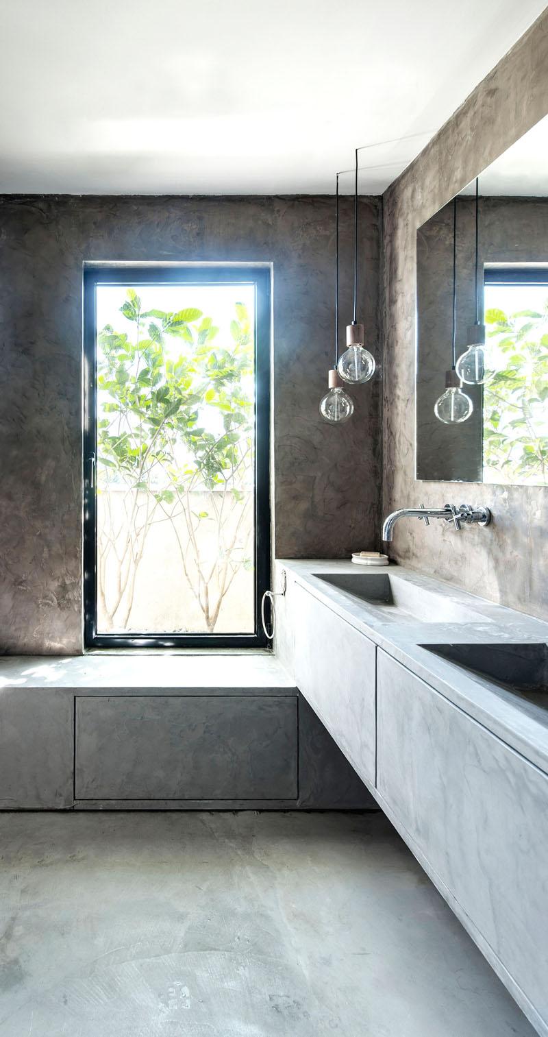 Полированный бетонный пол в современном интерьере ванной комнаты