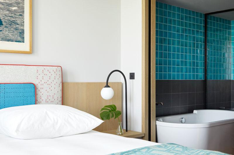 Современный дизайн интерьера номера с ванной комнатой отеля