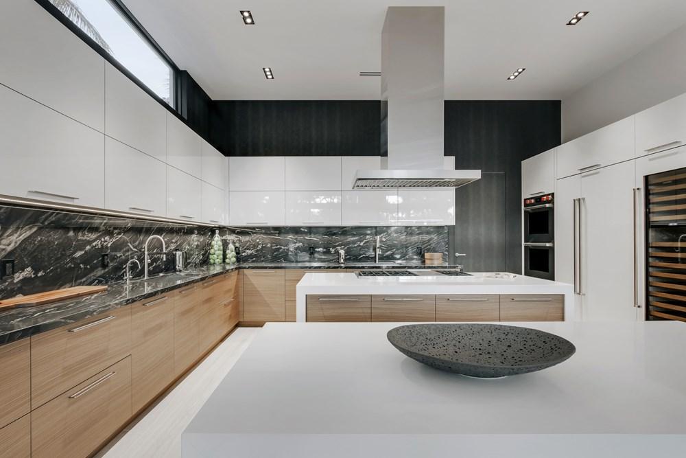 Современный дизайн интерьера кухни дома в Форт-Лодердейле