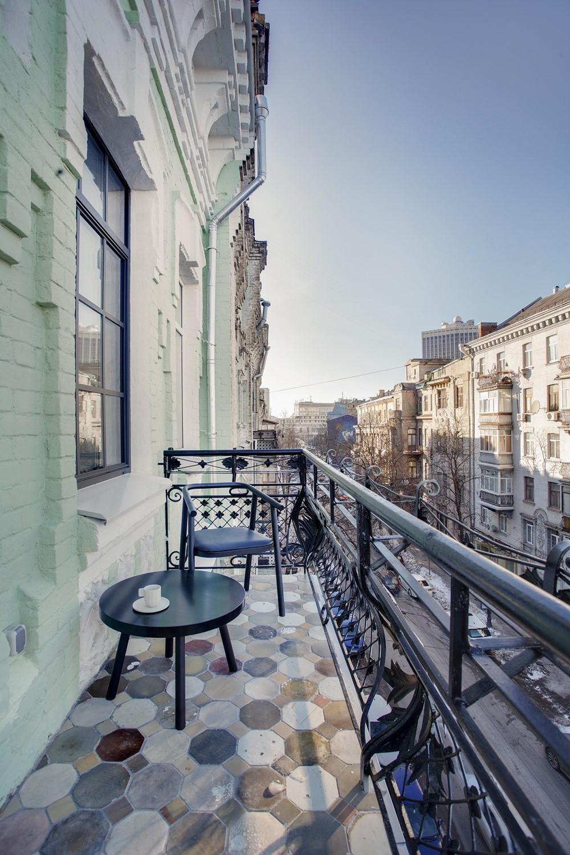 Современный дизайн балкона апартаментов в индустриальном стиле