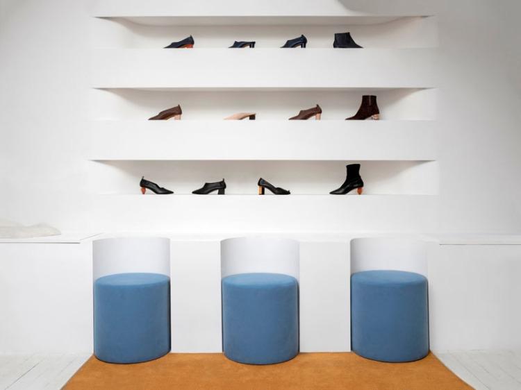 Современный дизайн интерьера выставочного зала обуви