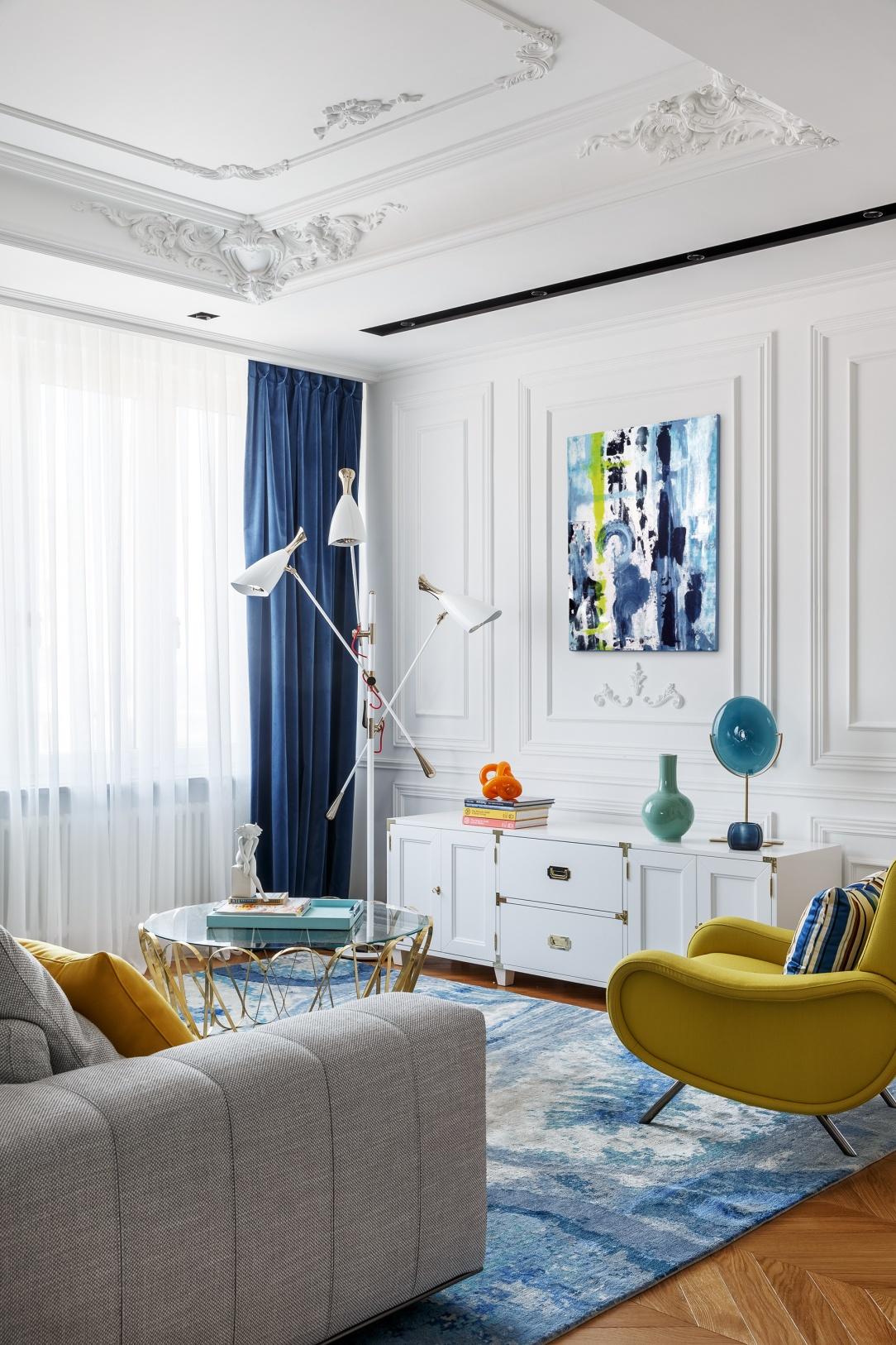 Современный дизайн интерьера гостиной квартиры в классическом ярком стиле