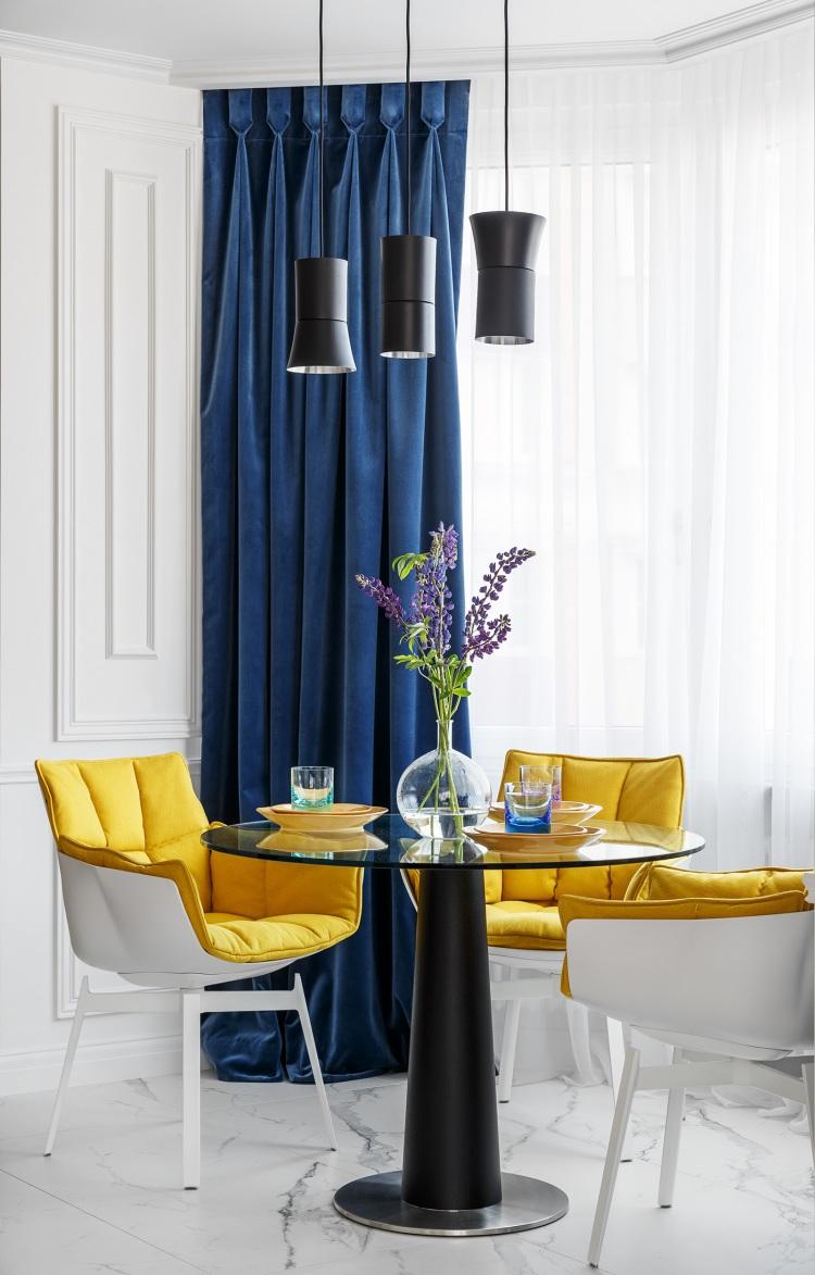 Современный дизайн интерьера кухни квартиры в классическом ярком стиле