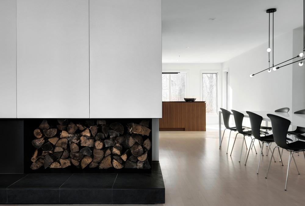 Современный дизайн интерьера гостиной дома в скандинавском стиле 2