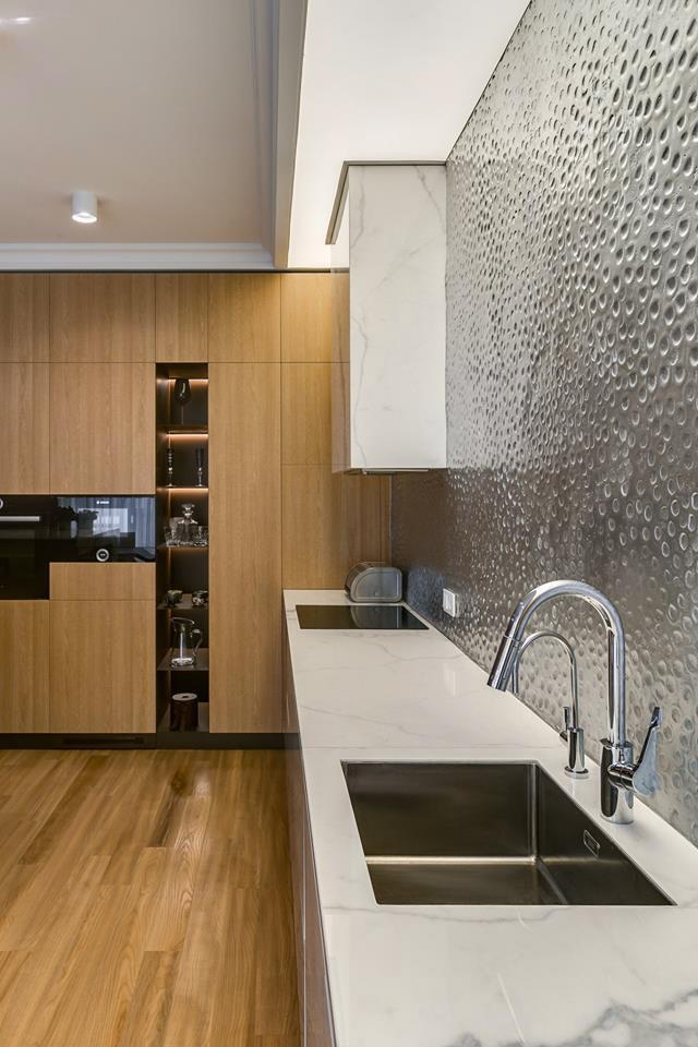 Дизайн интерьера кухни апартаментов в современном классическом стиле 3