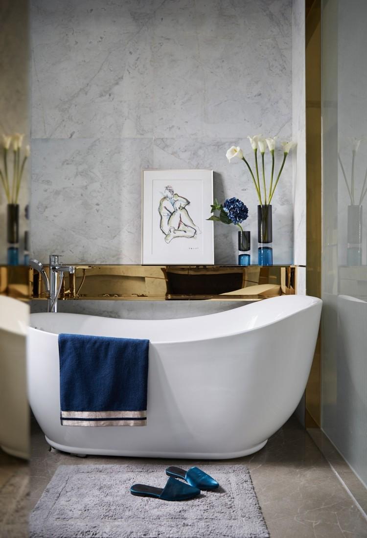 Современный дизайн интерьера главной ванной комнаты виллы в классическом стиле
