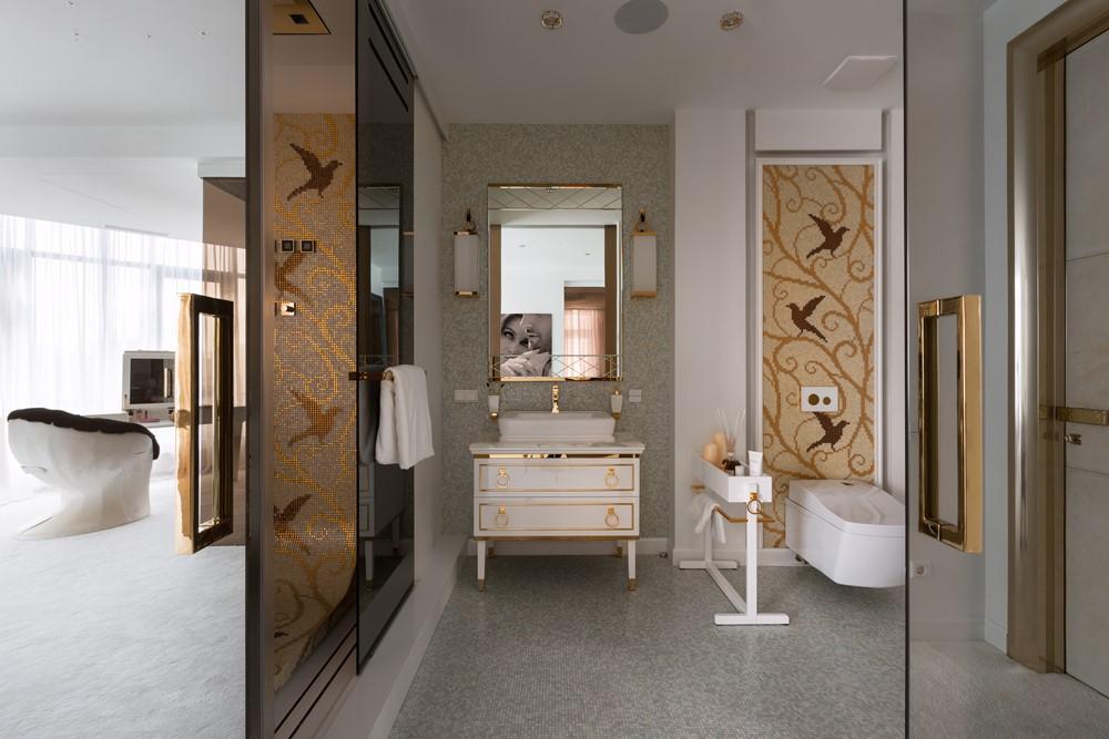 Современный дизайн интерьера главной ванной комнаты резиденции в классическом стиле 2