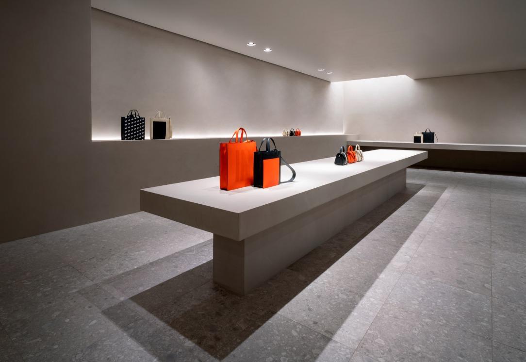 Современный дизайн интерьера магазина Valextra в Милане 4