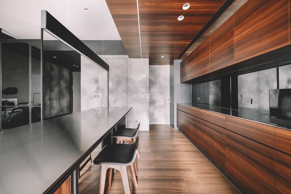 Современный дизайн интерьера кухни квартиры в темных тонах