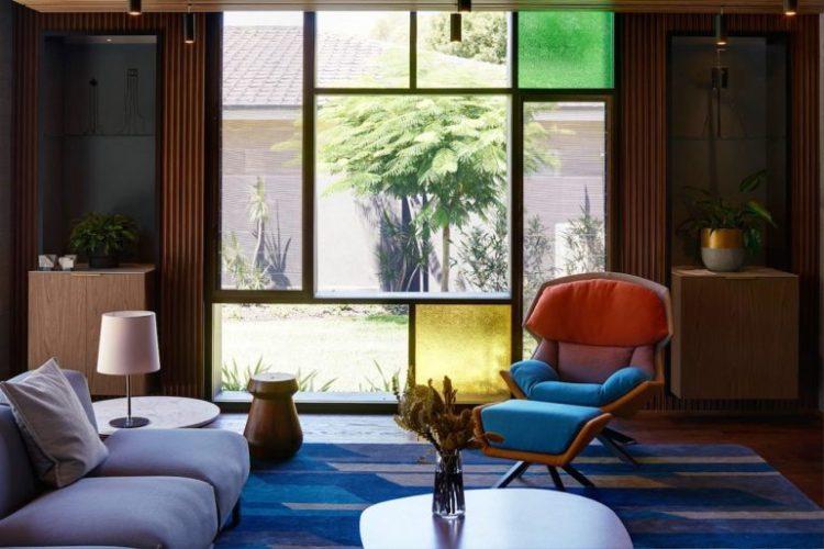 Современный дизайн интерьера гостиной дома в стиле модернизма с элементами брутализма 2