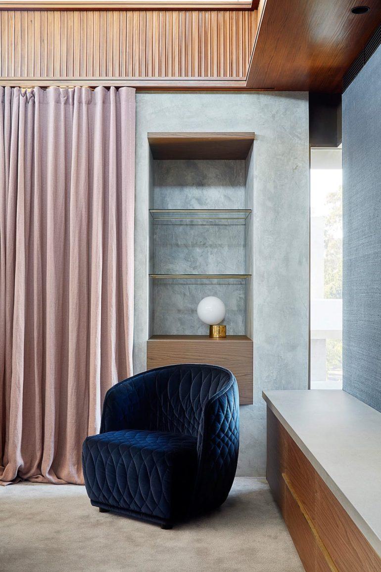 Современный дизайн интерьера спальни дома в стиле модернизма с элементами брутализма