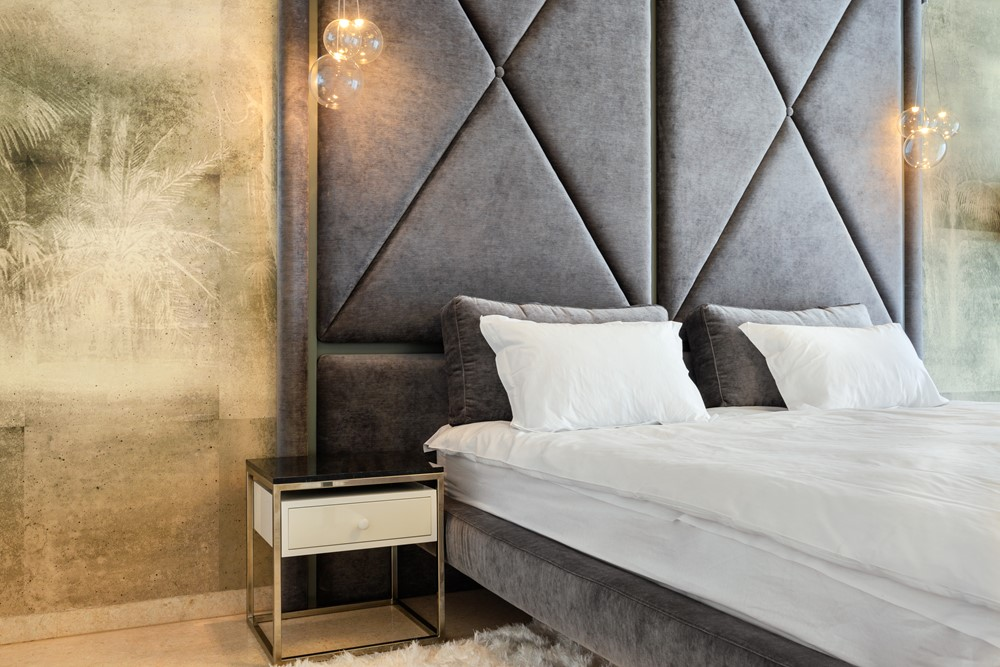 Современный дизайн интерьера главной спальни апартаментов Caelia Apartment в Румынии 2