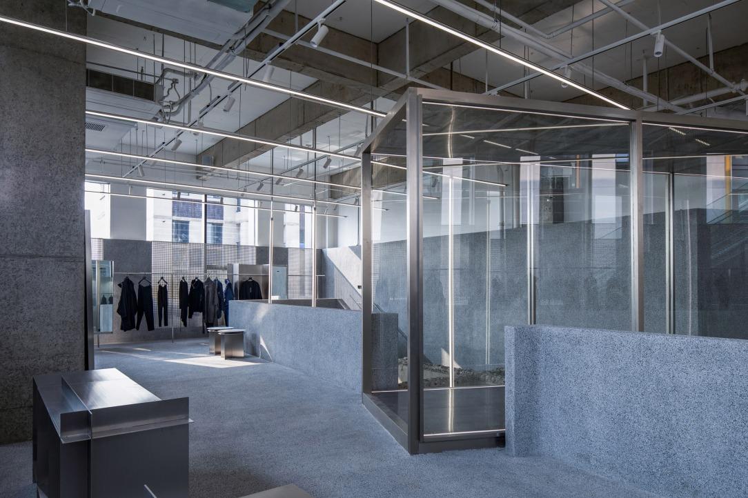 Современный дизайн интерьера магазина JHW в серых бетонных тонах 6