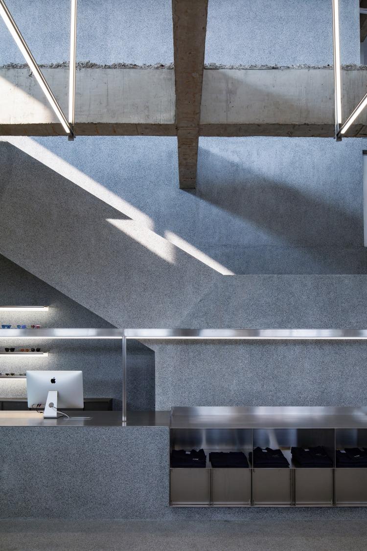 Современный дизайн интерьера магазина JHW в серых бетонных тонах 4