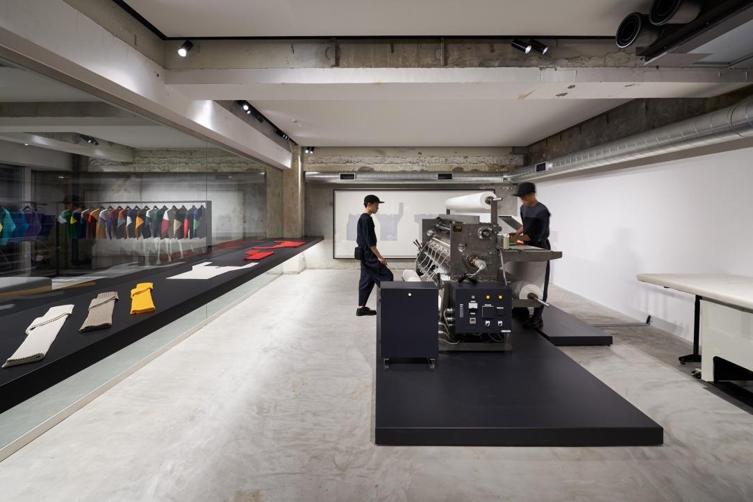 Современный дизайн интерьера магазина Tokyo's Homme Plissé 4