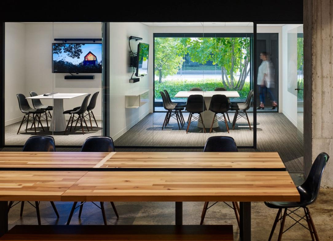 Современный дизайн интерьера офиса 2460 Pershing в индустриальном стиле