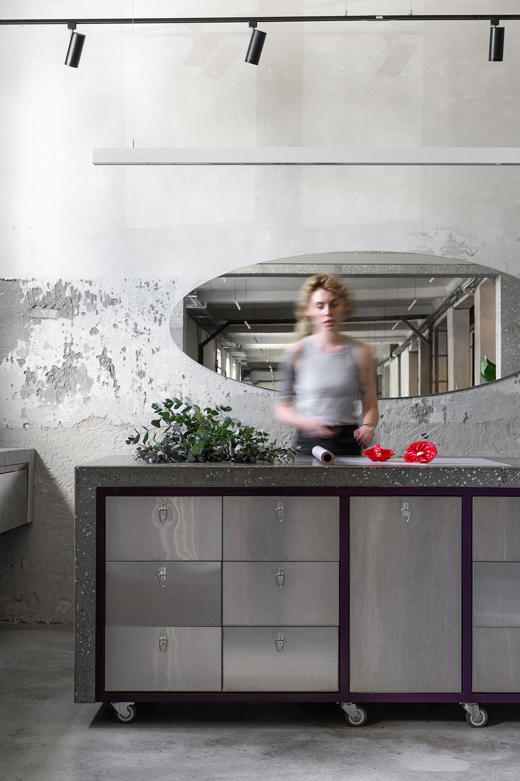Современный дизайн интерьера цветочного магазина Dicentra в промышленном стиле 2