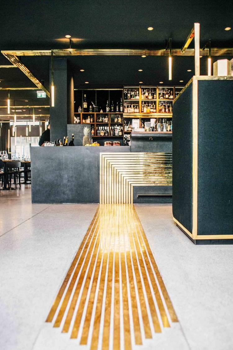 Современный дизайн интерьера бара в металлическом  стиле