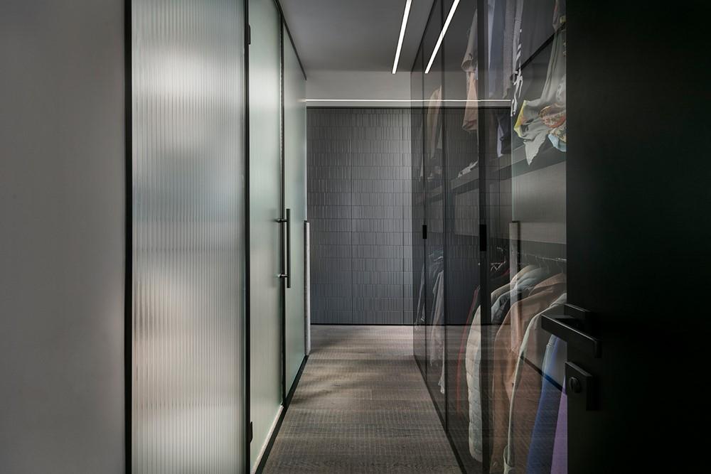 Современный дизайн интерьера гардеробной квартиры в минималистском стиле