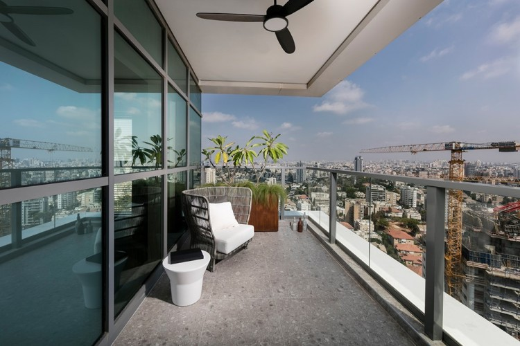 Современный дизайн террасы квартиры в минималистском стиле