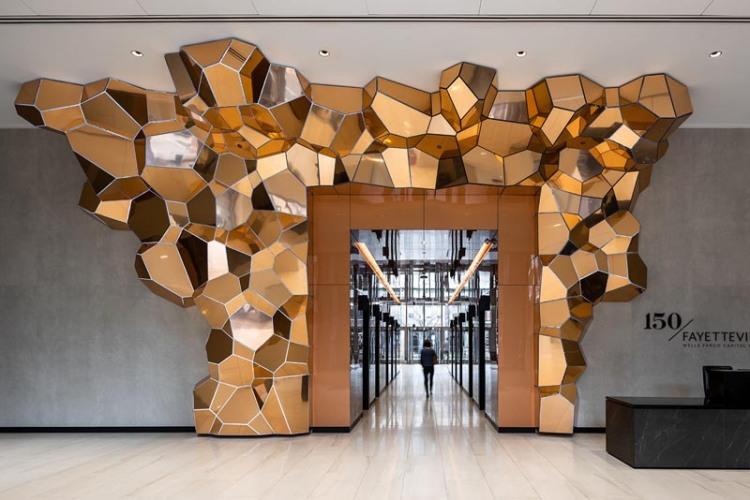 Скульптура обрамляющая главный вход в лифты офиса Gensler