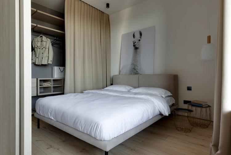 Современный дизайн интерьера спальни квартиры в песочных и бежевых тонах