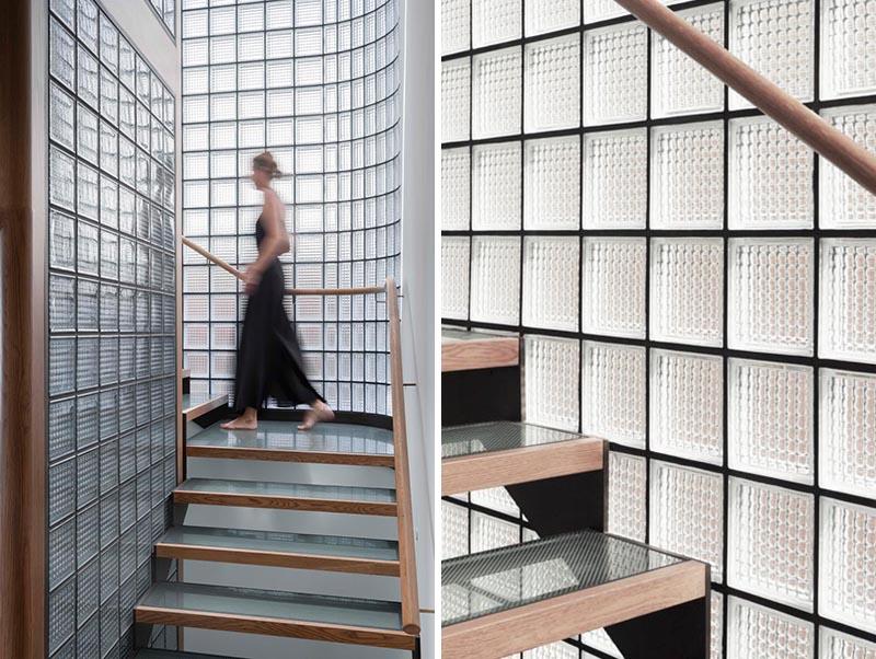 Современный дизайн стены из стеклянных блоков окружающих лестницу